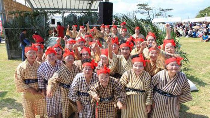 33 бабушки поют и танцуют.