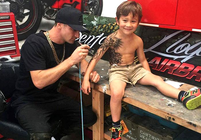 Художник наносит татуировки детям, находящимся в больнице.