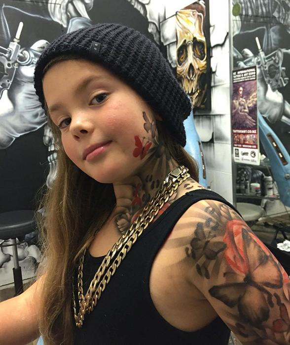 9-летняя девочка из больницы Starship получила свою временную татуировку с бабочками и розами.