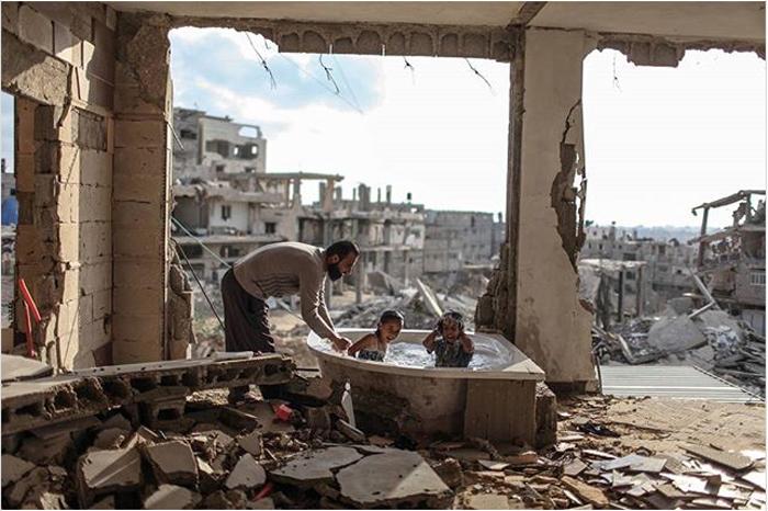 Июнь 26, 2015. Салем, его дочь и племянница живут в руинах своего дома. Единственное, что уцелело - это ванна. Фото: Emad Samir Nassar.