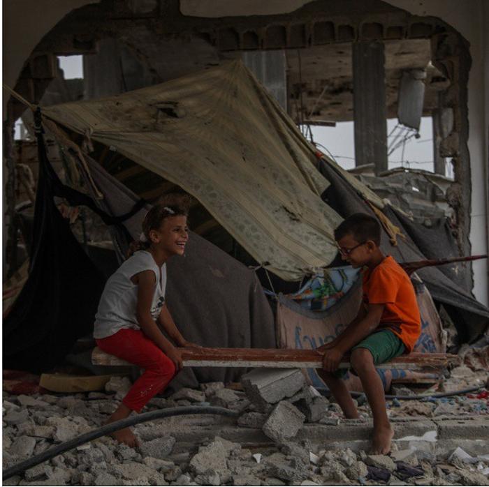 Палестинские дети сидят среди руин своего дома, который был разрушен в 2014 году. 9 сентября 2015 г.  Фото: Emad Samir Nassar.