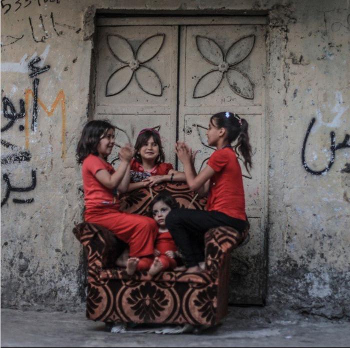 Четыре сестры играют у своего дома. 11 августа 2015. Фото: Emad Samir Nassar.