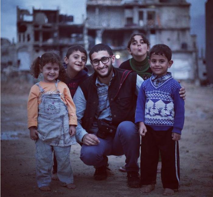 Эмад Самир Нассар вместе с палестинскими детьми.