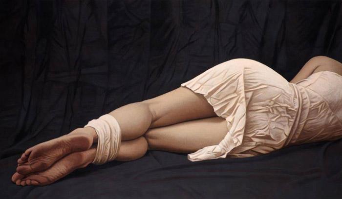 Лежащая фигура на темной ткани. Автор: Willi Kissmer.
