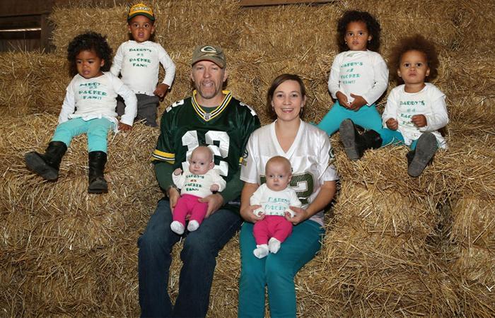 Семья Козински и их шестеро детей.