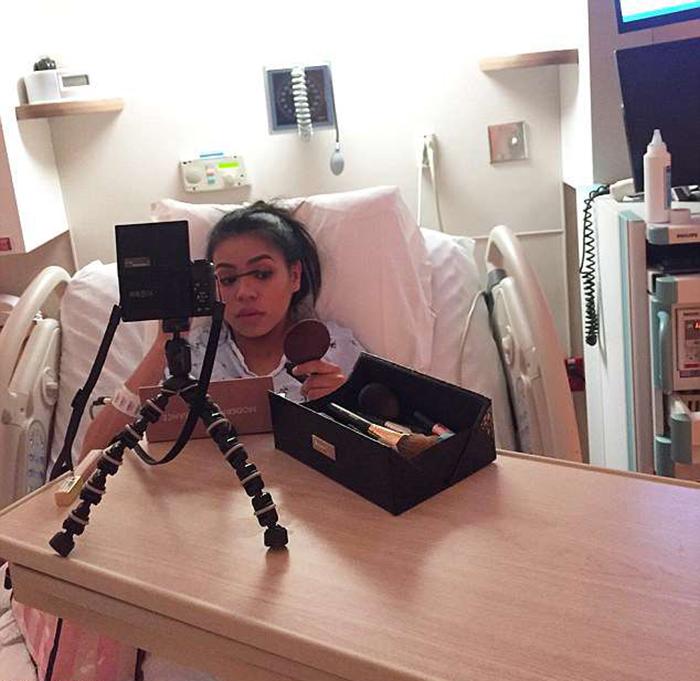 Собираясь в больницу, девушка в первую очередь упаковала сумку с косметикой.