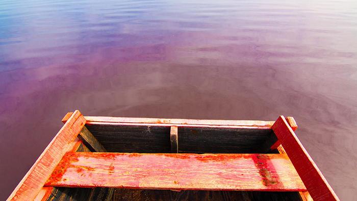 Местные жители ходят по озеру на деревянных каноэ.