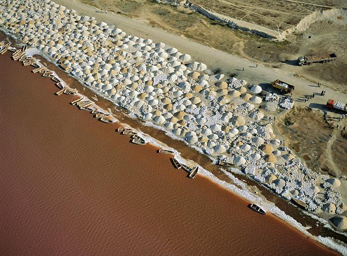 Добыча соли в Сенегале.