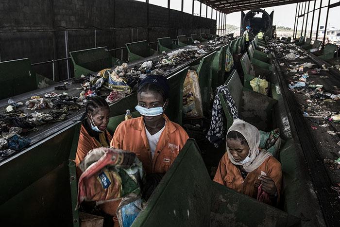 Работницы на сортировочной фабрике WestAfricaENRG в Лагосе.
