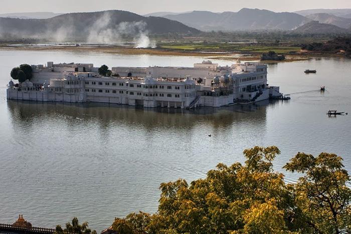 Между дворцом\отелем и берегом постоянно курсируют лодки.