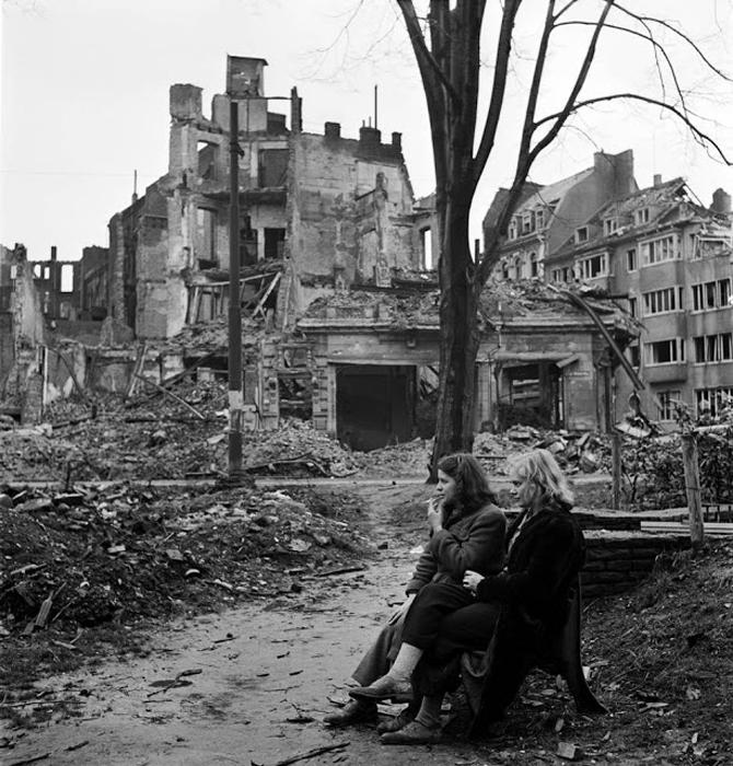 Две немки среди руин Кёльна, 1945г. Фото: Lee Miller.