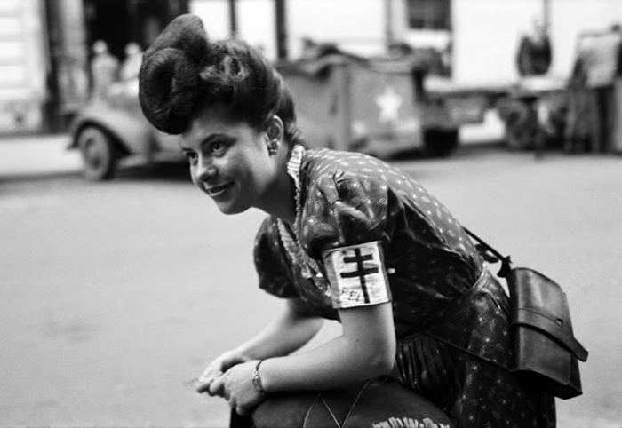 Девушка, состоящая на службе у французской армии. Париж, Франция, 1944г. Фото: Lee Miller.