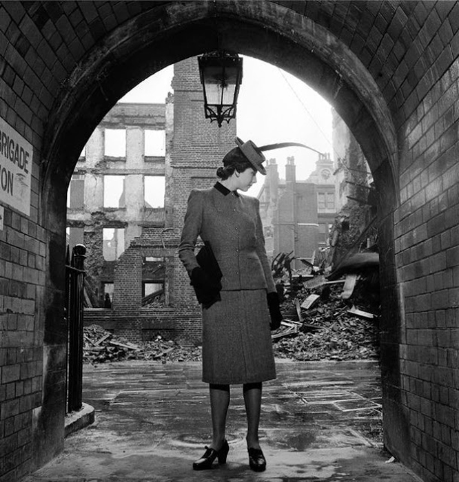 Модель, снятая на фоне места падения бомб в Лондоне, 1940г. Фото: Lee Miller.