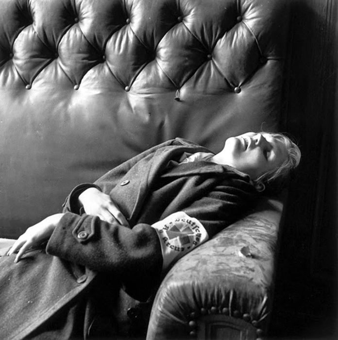Дочь мэра Лейпцига после того, как вся ее семья совершила самоубийство 30 апреля 1945 года, когда американские войска вошли в город. Фото: Lee Miller.