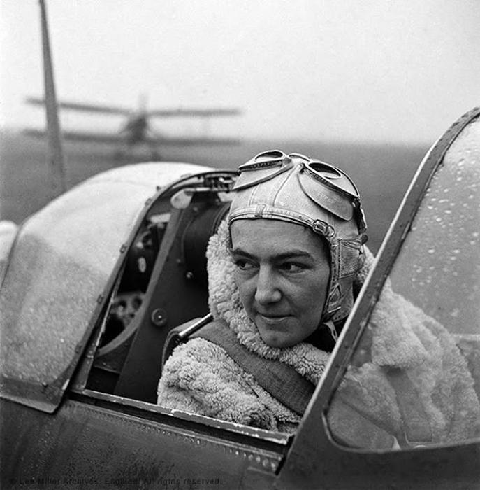 Анна Леска, пилот из Польши. Беркшир, Англия, 1942г. Фото: Lee Miller.