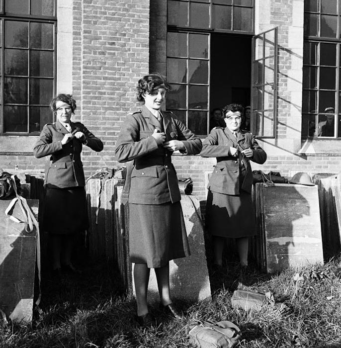 Офицеры женского вспомогательного территориального корпуса снимают форму. 1944г. Фото: Lee Miller.