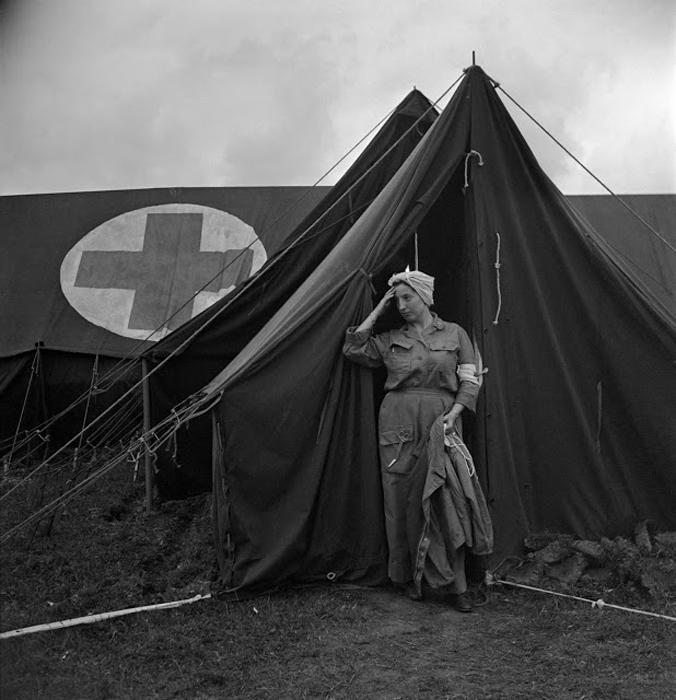 Уставшая медсестра в 44м эвакуационном госпитале, Нормандия, Франция, 1944г. Фото: Lee Miller.