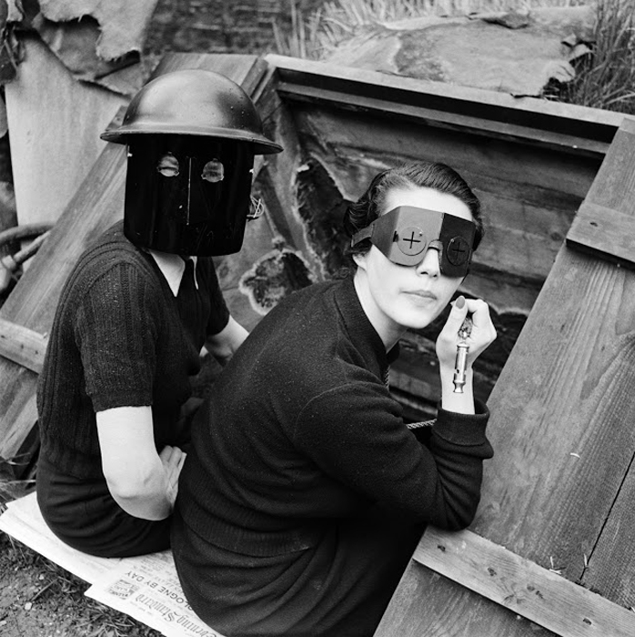 Женщины в защитных масках. Лондон, Англия, 1941г.