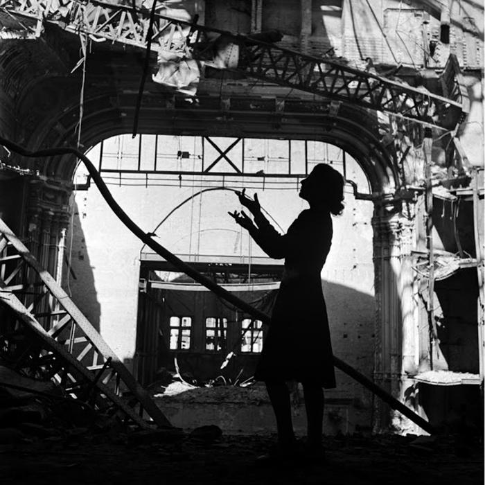 Ирмгард Зифрид, оперная певица, поет арию из *Мадам Баттерфляй* в Венской Опере. Вена, Австрия, 1945г. Фото: Lee Miller.