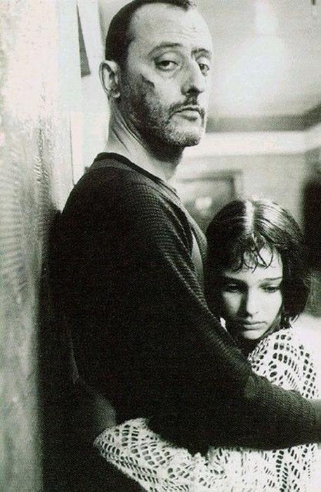 Натали Портман играет девочку Матильду, у которой убили всю семью.