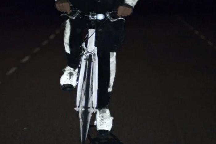 Наносить спрей можно на любые детали и части одежды и велосипеда.