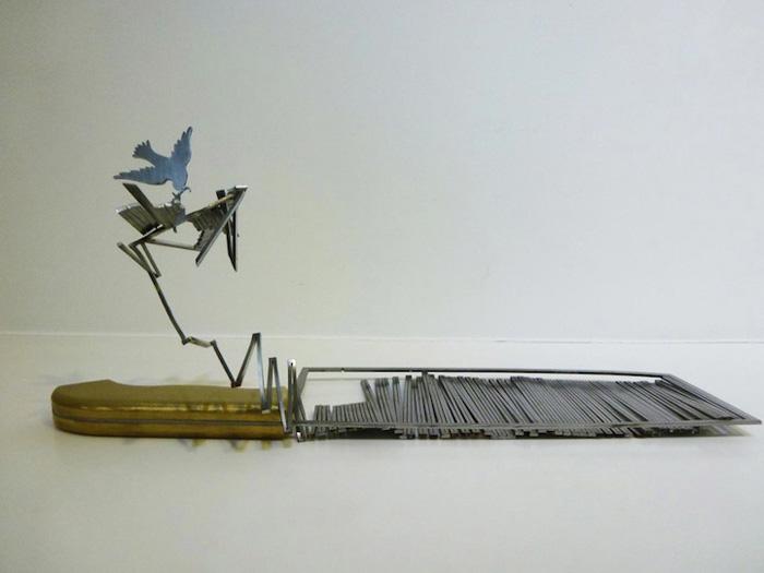 Вырезанное лезвие ножей в виде птиц.