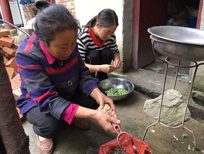 Лили Тан живет в частном доме в сельской местности.