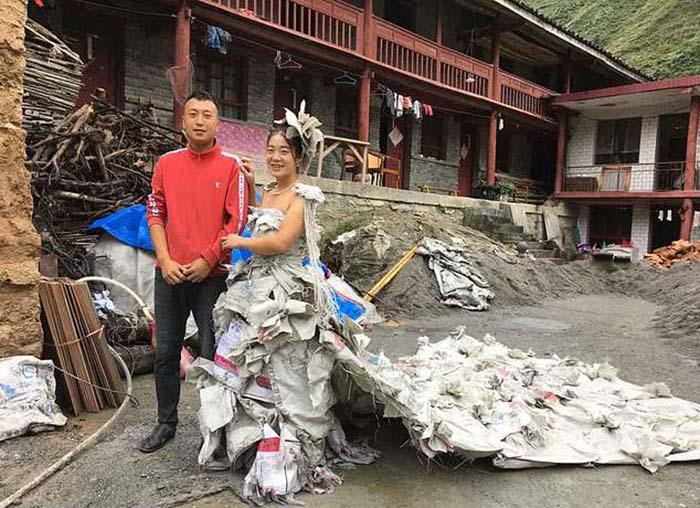 Лили Тан в свадебном платье из мешков стоит рядом со своим мужем.