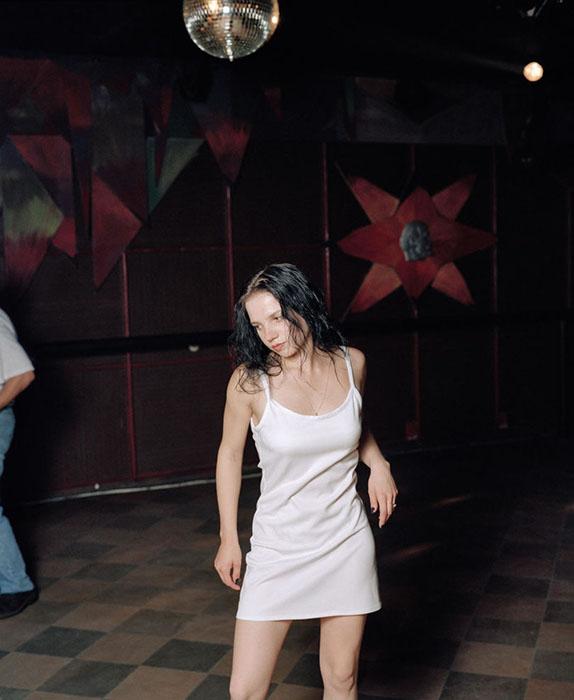 Фотографа поразило то, как на фоне общественной растерянности молодежь старалась показать себя на дискотеке с лучшей стороны и надеть самую свою привлекательную одежду.  Фото:  Andrew Miksys.