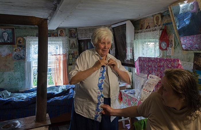 Люська примеряет блузку, которую сама себе сшила.