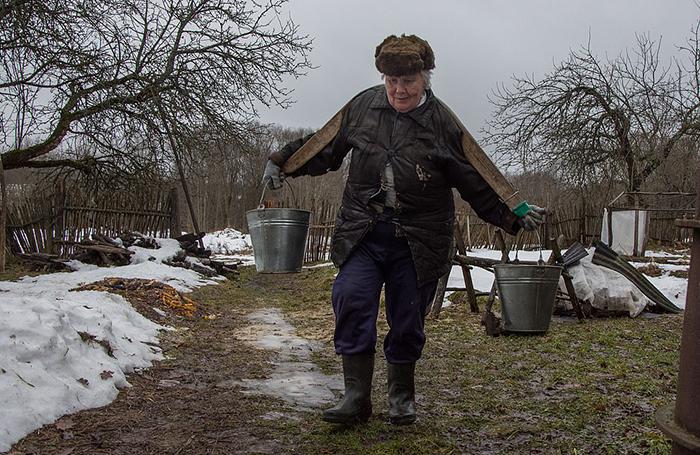 Люська живет в доме, которому уже 130 лет. В нем нет водопровода, так что воду приходится носить домой ведрами.