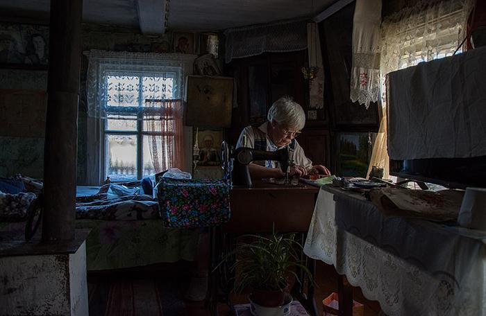 Так же, как некогда ее мама, Люська любит шить на швейной машинке.
