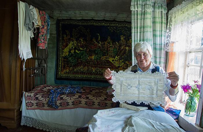 Люська показывает салфетки, созданные ее мамой.