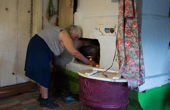 Чтобы нагреть воду, Люське надо растопить печь.