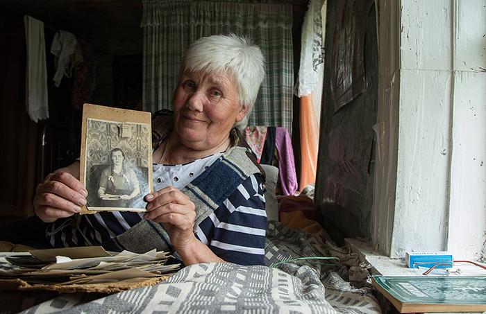70-летняя Люська показывает фотографию своей мамы в молодости.
