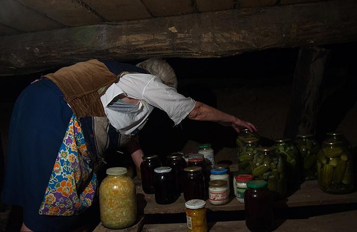 В погребе Люська хранит многочисленные банки с консервированными овощами и фруктами.