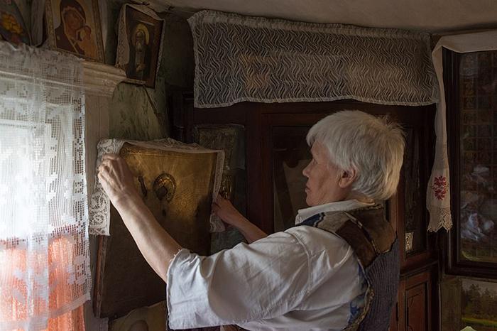 В доме у Люськи много икон, доставшиеся ей от матери.