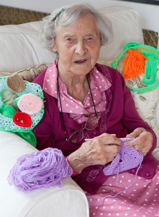 Грейс Бретт 104 года и она вяжет каждый день.