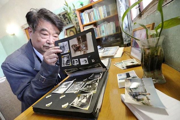 Целыми днями Хуан Ки проводит в пустом доме, разговаривая сам с собой и рассматривая фотоальбомы.
