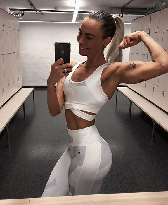 Девушка ходит в спортзал почти каждый день.