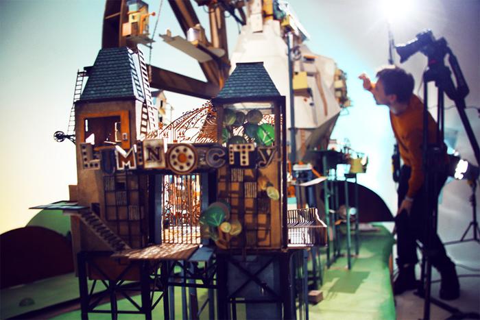 Lumino City - компьютерная квест-игра с бумажными декорациями.