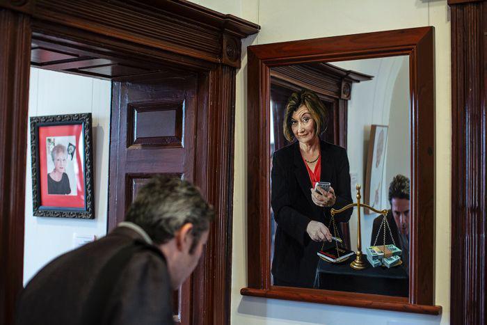 Одна из работ, участвовавших в конкурсе, сделана на зеркале, так чтобы посетители могли видеть себя в раме как часть картины.
