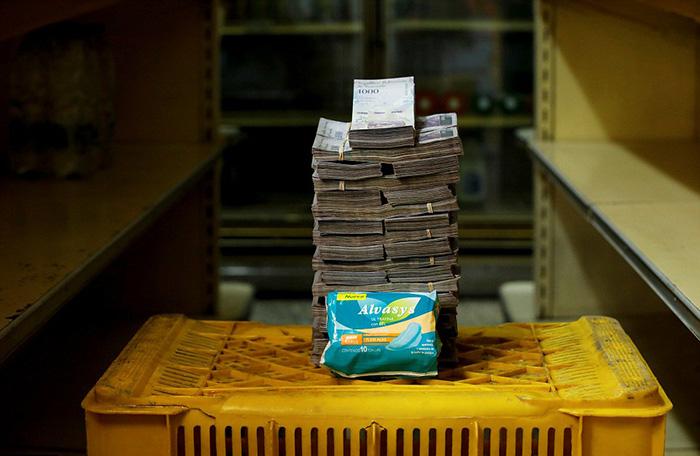 Женские прокладки стоят 3 500 000 боливаров, в то время как средняя зарплата составляет 5 млн боливаров в месяц.