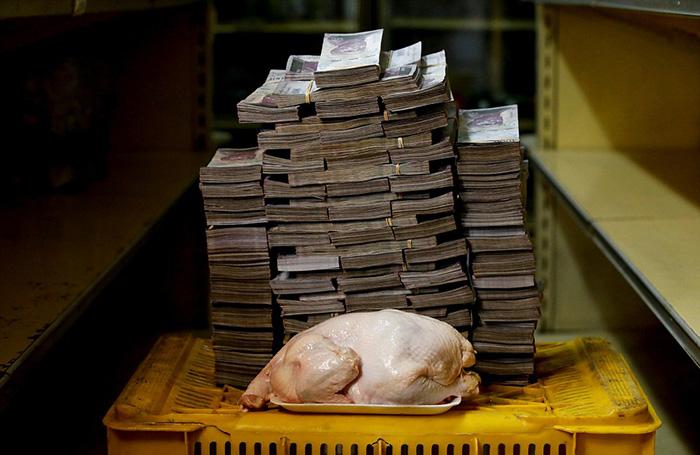 Килограмм курицы в мини-маркете Каракаса обойдется в 14 600 000 боливаров (на фото), что равно 2,22 долларам США.