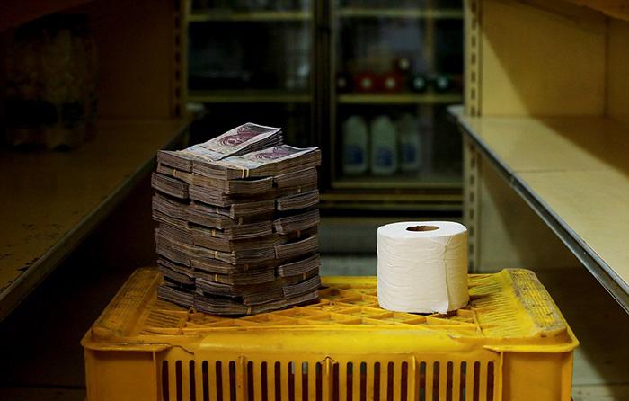 Рулон туалетной бумаги рядом с деньгами, которые за него надо заплатить в Каракасе - 2 600 00 боливаров.