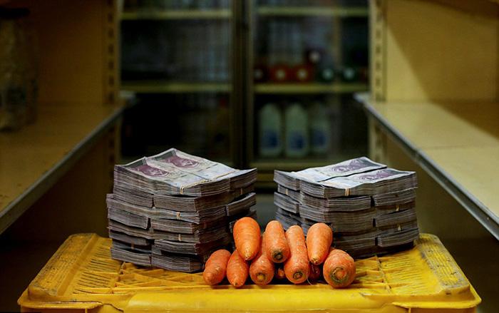 Две кучи денег равны 3 000 000 боливаров - столько стоит килограмм моркови (0,46 доллара США).