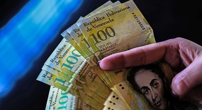 Венесуэльские боливары.