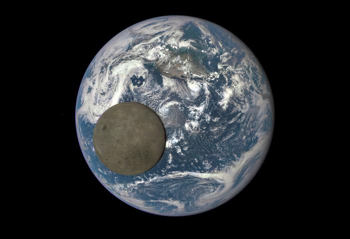 Обратная стороны Луны, освещенная солнцем в момент прохождения между Землей и камерой на DSCOVR . 16 июля 2015г.