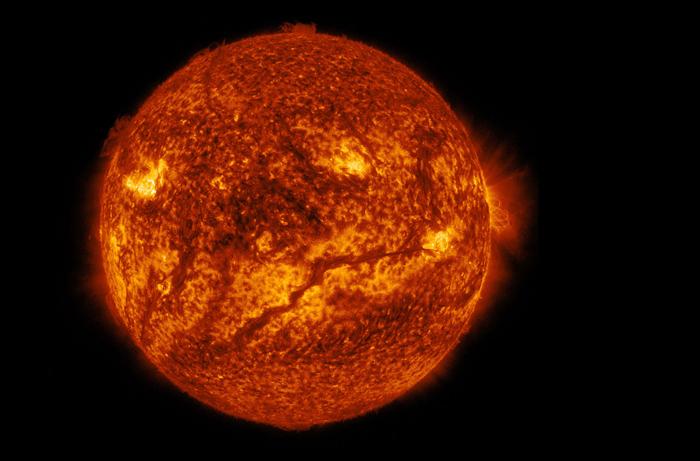 Солнце. Темная полоса в нижней половине звезды - более холодные частицы на фоне раскаленной поверхности. 10 февраля 2015 г.