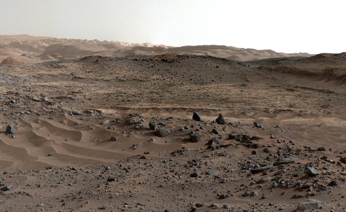 Составленная из нескольких снимков панорама Марса, снятая с поверхности планеты. Снимки сняты 10-11 апреля 2015г., что соответствует 952 и 953 дням года на Марсе.